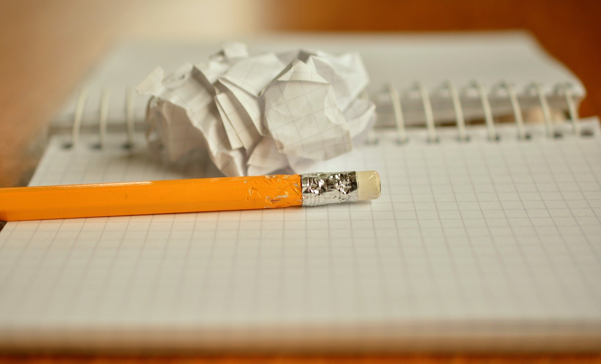 Un cahier, un crayon et une feuille froissée
