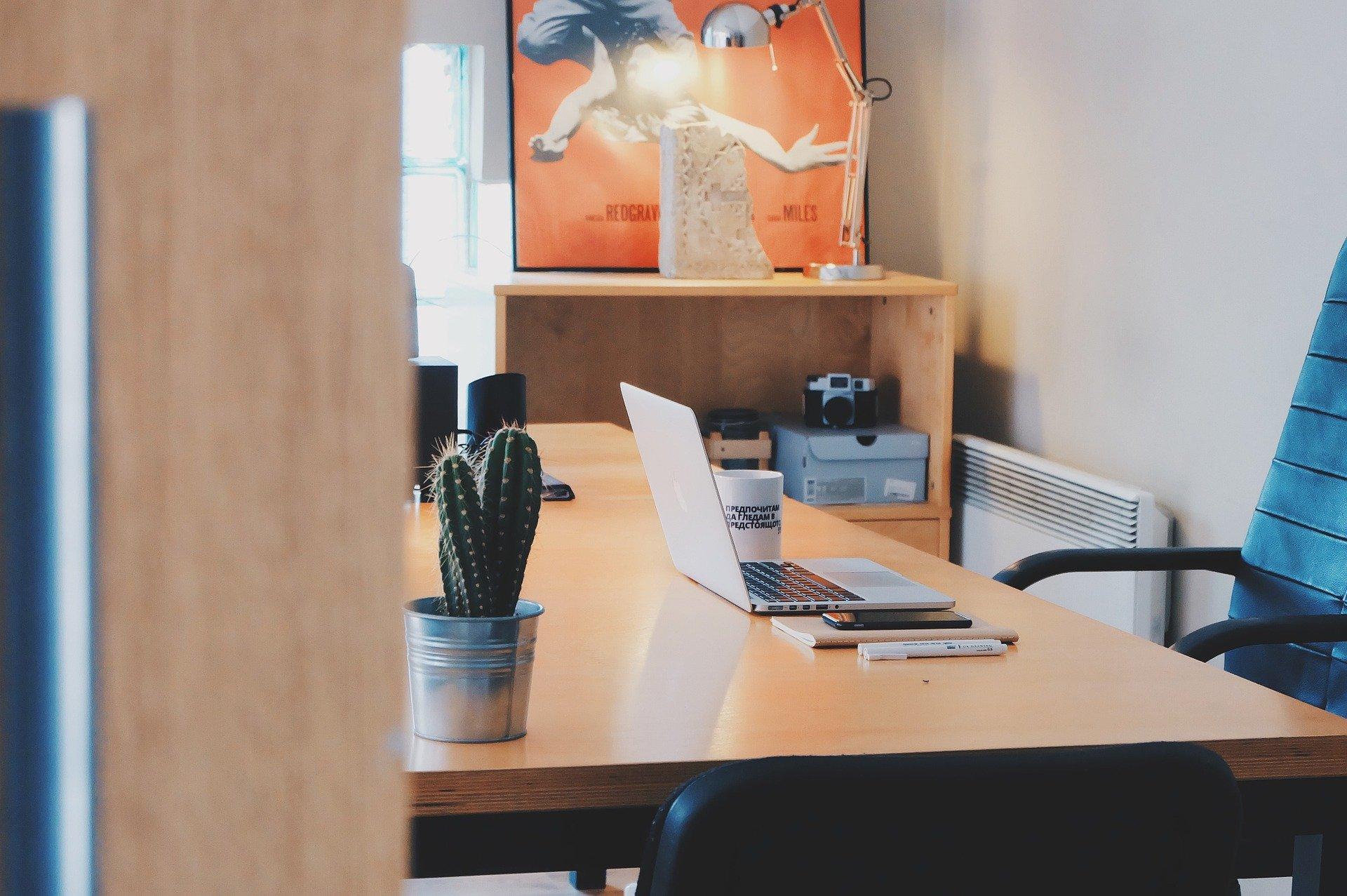 Un bureau avec une chaise vide