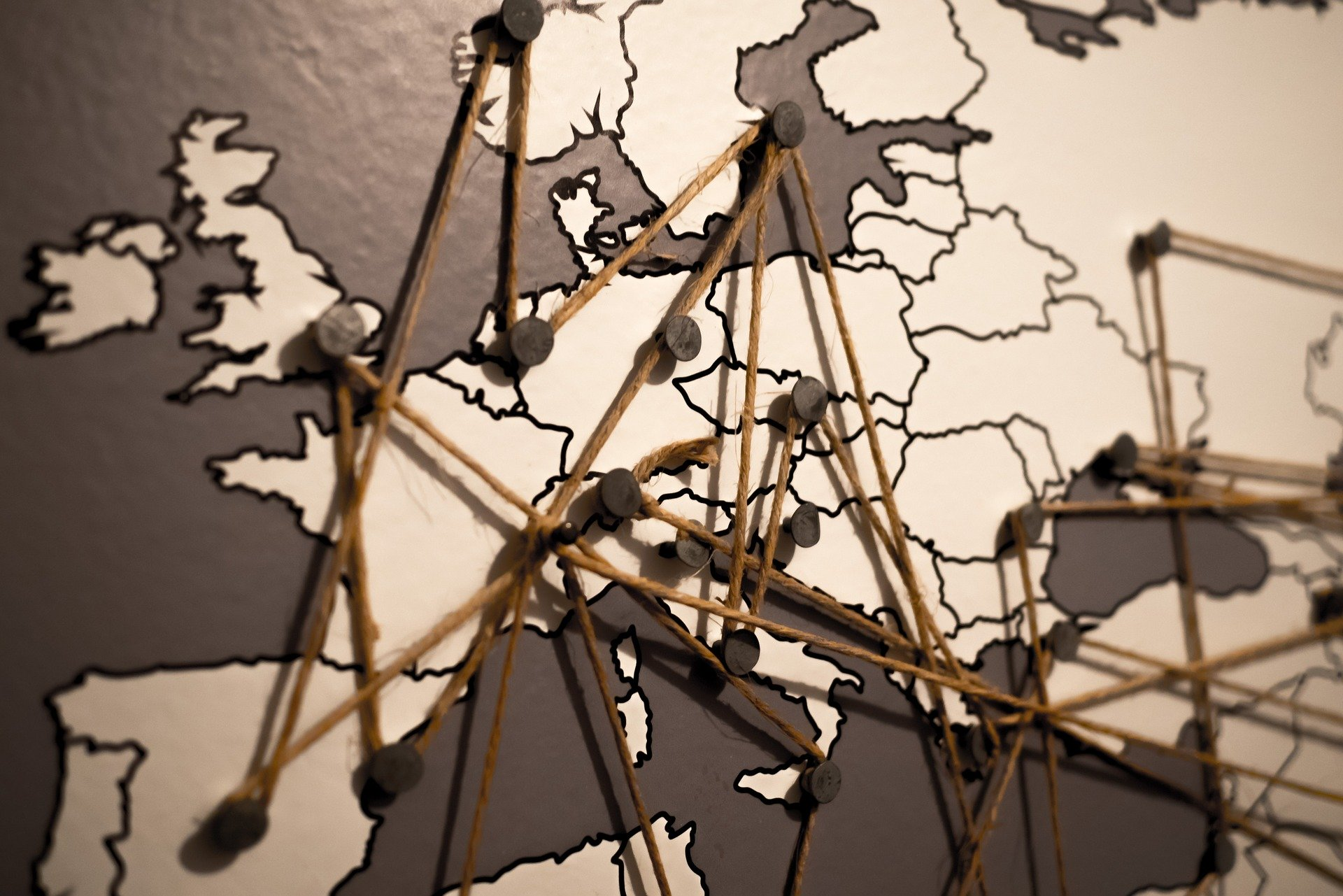 Carte d'Europe avec des punaise et du fil de laine