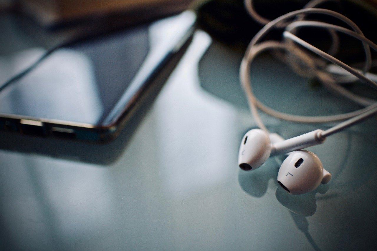 Des écouteurs et un téléphone