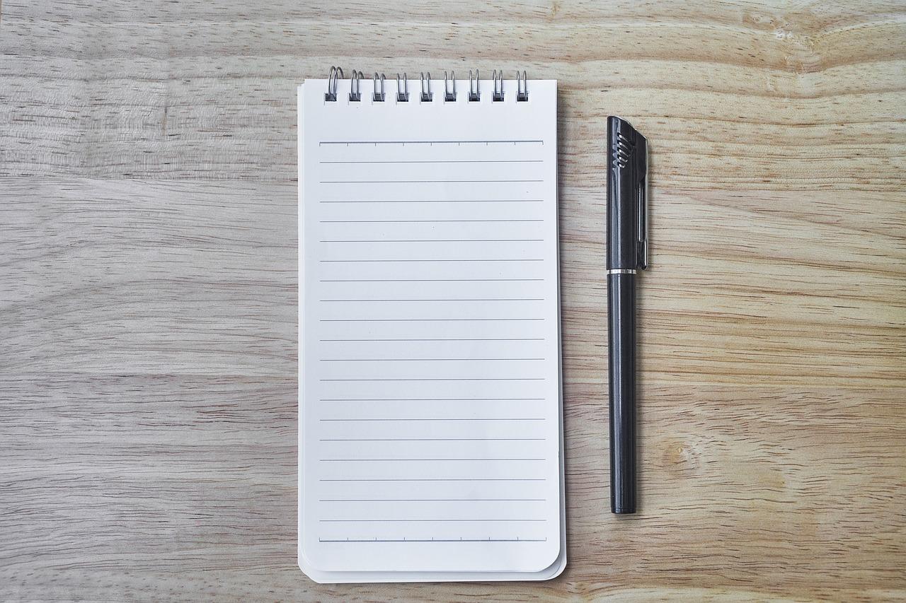 un bloc-note et un stylo