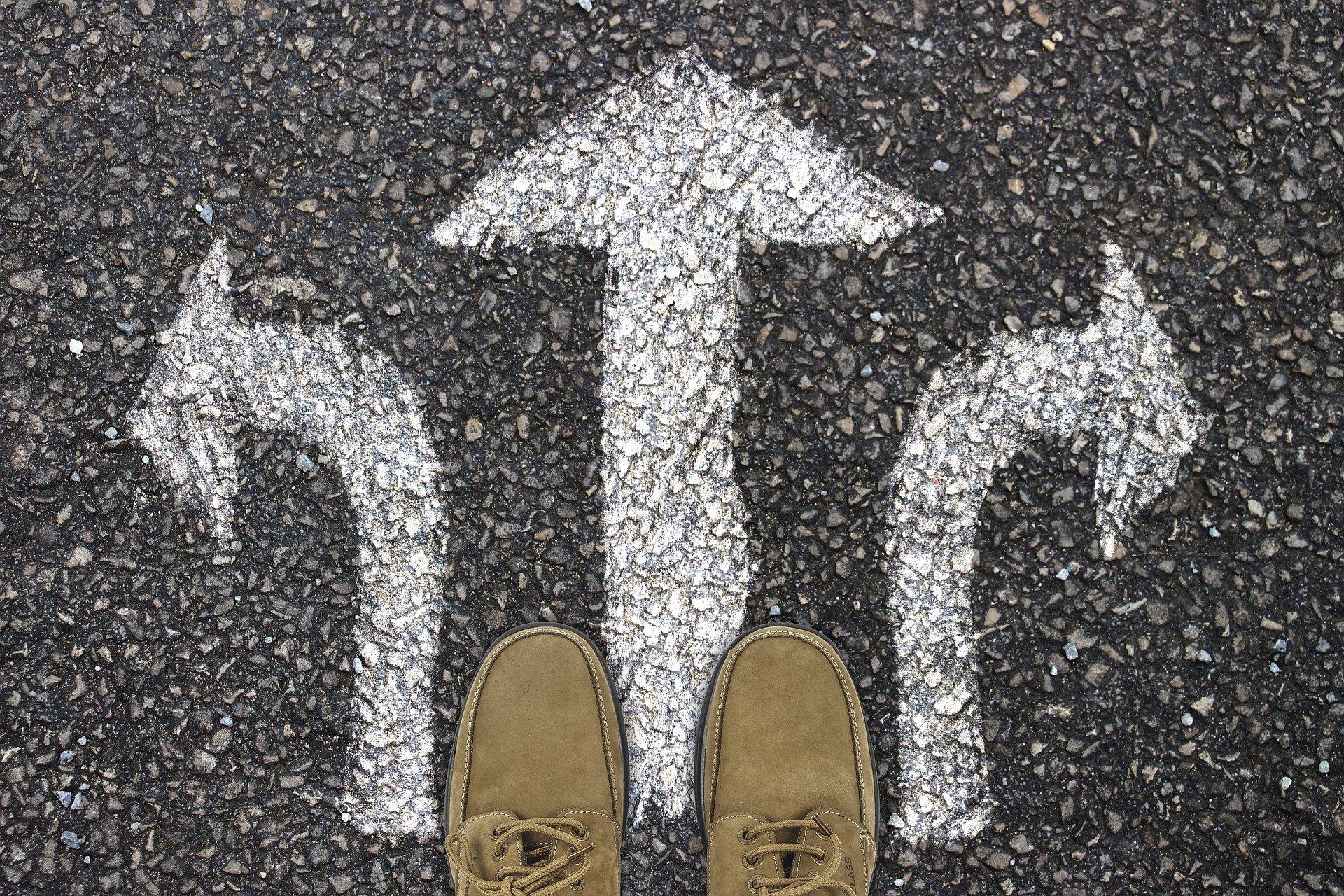 Des chaussures se trouvent devant 3 flèches