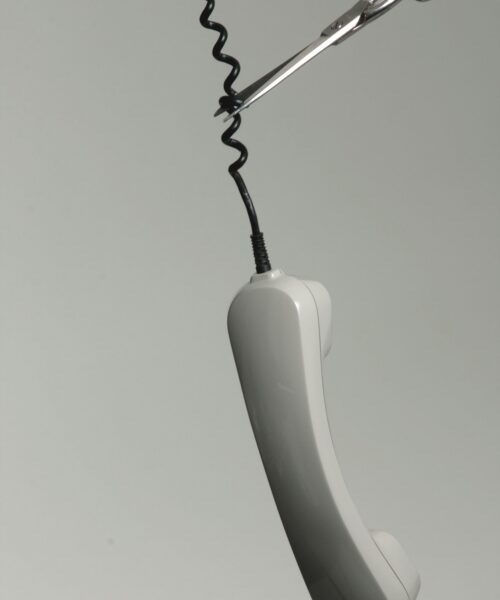 Le fil d'un téléphone va être coupé