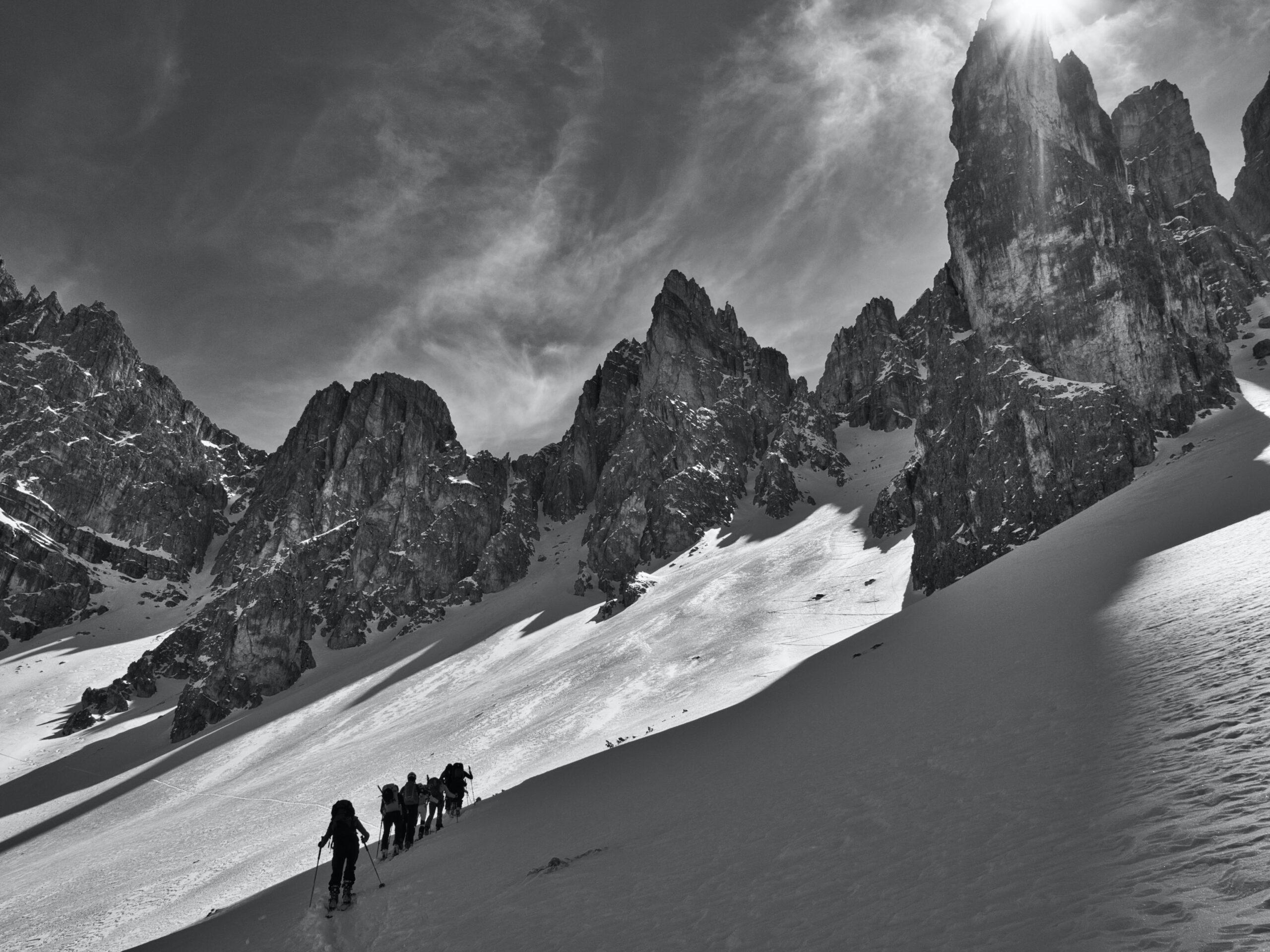 Des alpinistes montent une montagne
