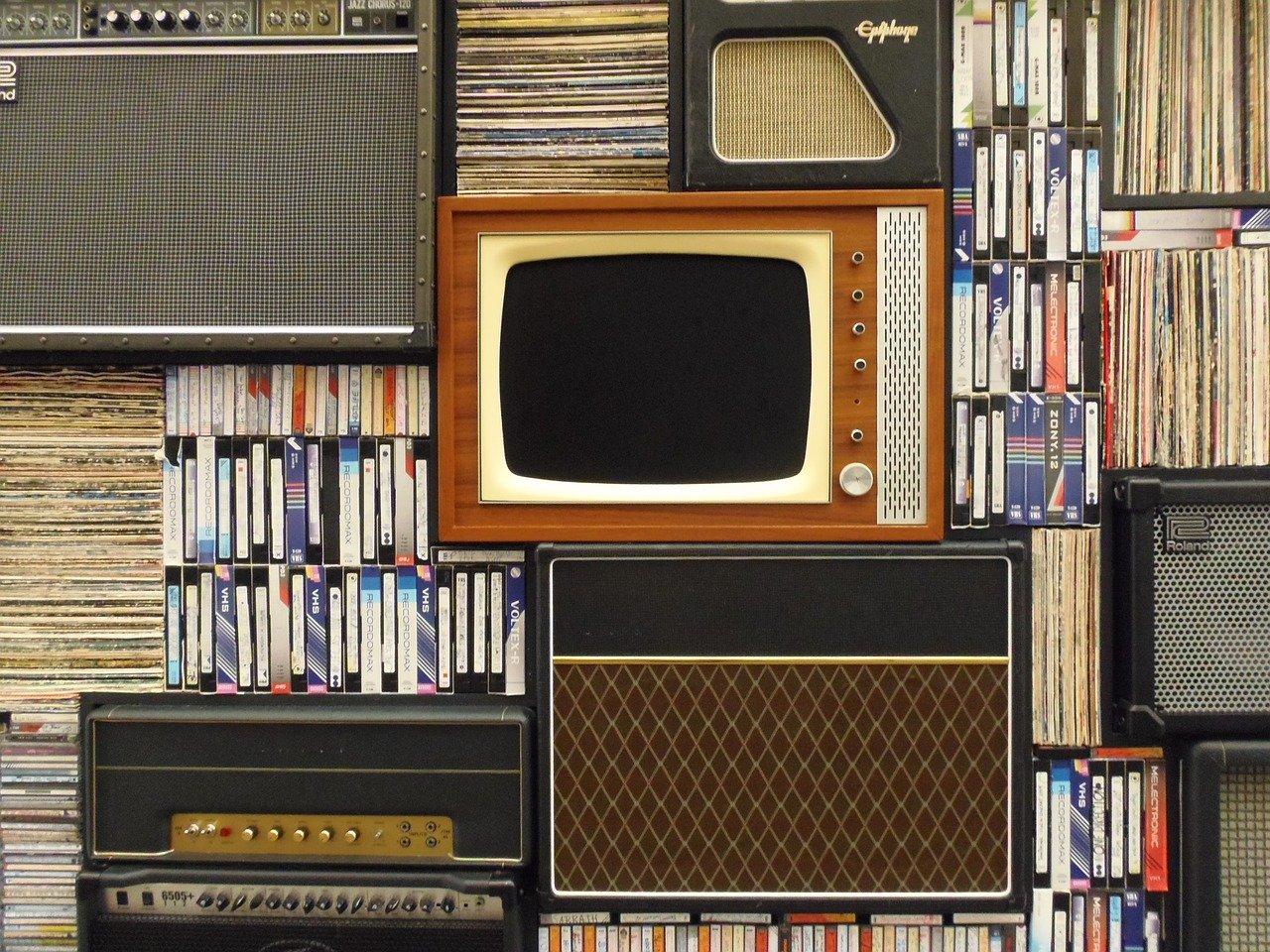 Une vieille télévision dans une bibliothèque